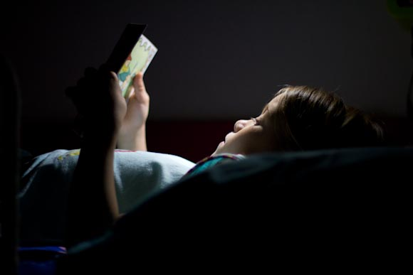 Jimena leyendo en la cama